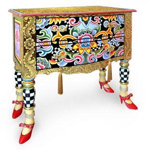 goldene designer-kommode mit muster, luxuriös, mit schuhen und strasssteinen
