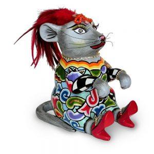 ausgefallene designer-figur als maus mit roten federn und roten schuhen mit buntem muster, verrückt und lustig