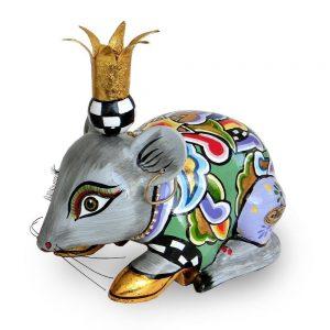 ausgefallene designer-figur als maus mit goldener krone und ohring, verrückt und lustig