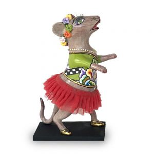 ausgefallene designer-figur als tanzende maus mit rotem rock und strasssteinen, verrückt und lustig, bunt