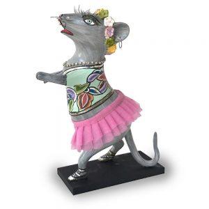 ausgefallene designer-figur als tanzende maus mit pinkem rock, lustig und verrückt