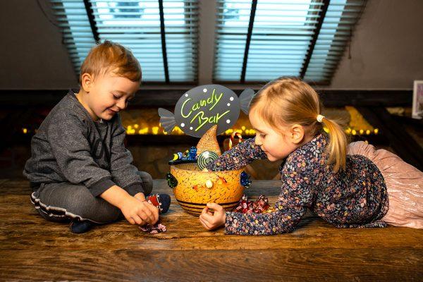 außergewöhliche glasschale für süßigkeiten bonbons auf holztisch bunt mit kindern