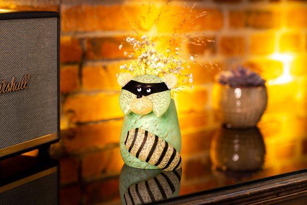 glasvase figur waschbär mintgrün beleuchtet mit blumen