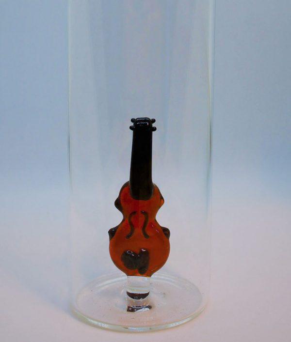Geige aus Glas im Bierglas, Instrumente als Kunstobjekte
