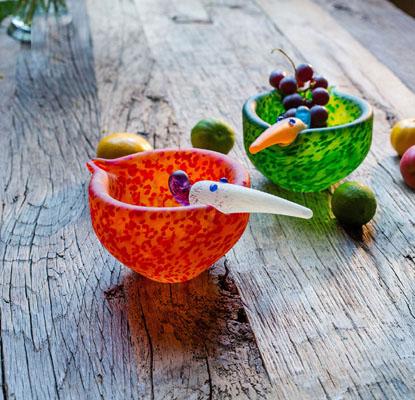 Schalen orange und Grün auf Tisch von Borowskiglas