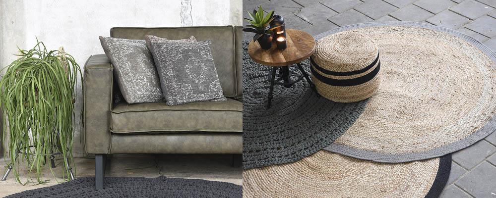 Sofa mit Kissen und Pflanze, Teppich mit Hocker und Beistelltisch