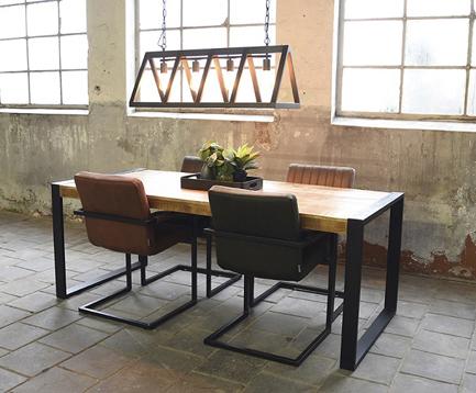 Tisch mit Stühlen und Lampe im Industrie Style