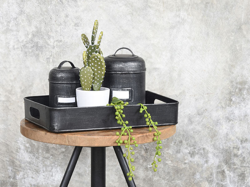 Hocker mit Metallboxen und tablett industrial stil