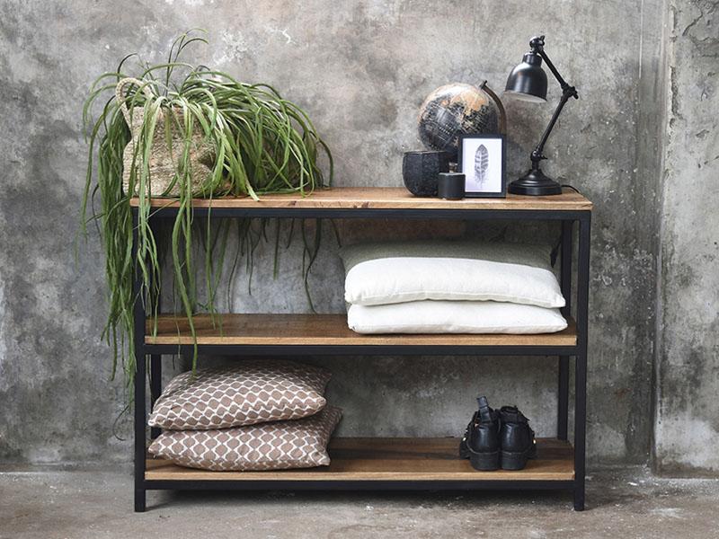 Regal aus Metall und Holz dekoriert im Industrie Style