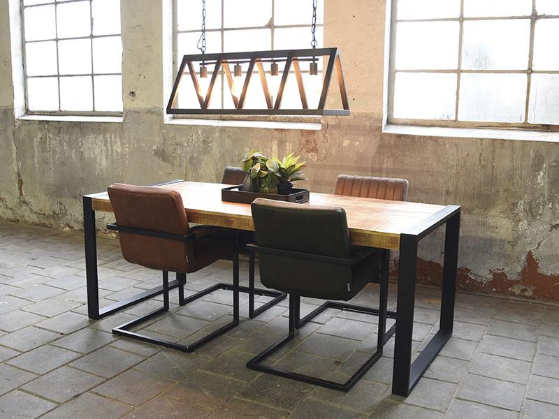 Tisch mit Stühle im loft industrial stil mit lampe