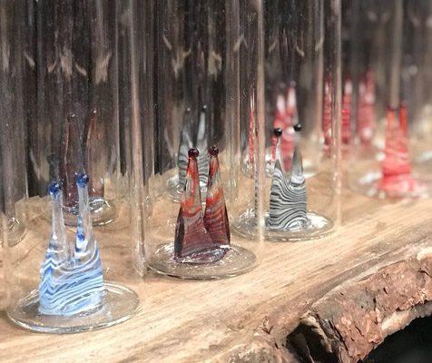 Kölschgläser mit buntem glasdom auf Holz