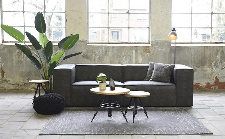 Sofa grau mit Beistelltischen im Industrie Loft
