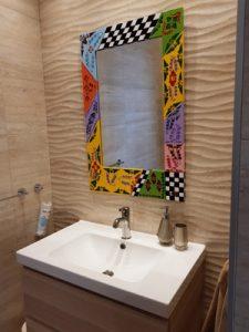 bunter Spiegel über Designer Waschbecken