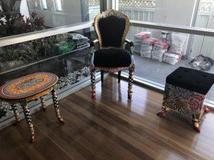 bunte Möbel , bunter Sessel und Hocker