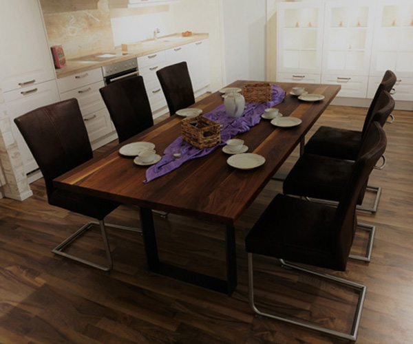 Nussbaumtisch mit Stühlen in Küche